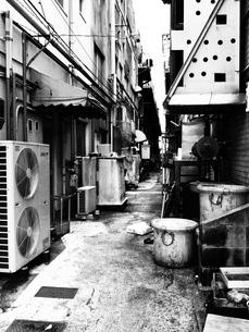 大牟田の路地裏(モノクロ)の写真素材 [FYI00299581]