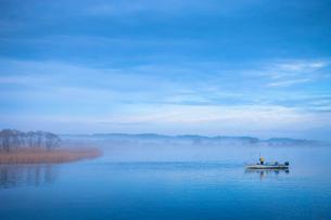 朝靄の中のしじみ漁の写真素材 [FYI00299651]