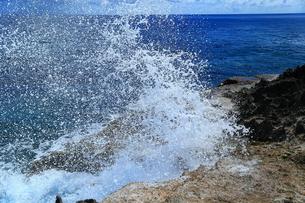 波照間島に打ちつける波しぶきの写真素材 [FYI00299722]