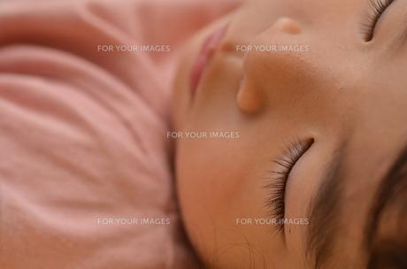 眠る子供のアップの写真素材 [FYI00299998]