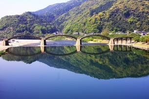 錦帯橋と新緑の山、青空を映す錦川の写真素材 [FYI00300176]