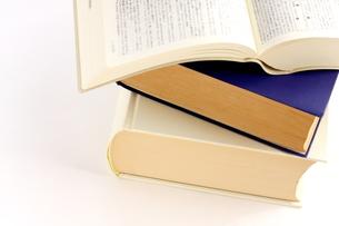 積み重ねた辞書 調べ物のイメージの写真素材 [FYI00300177]
