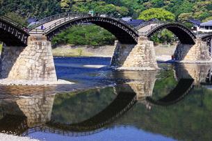 錦帯橋と空を映した錦川の写真素材 [FYI00300182]