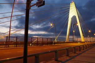 明け方の大師橋の写真素材 [FYI00300428]