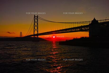 明石海峡大橋に沈む夕陽の写真素材 [FYI00302131]