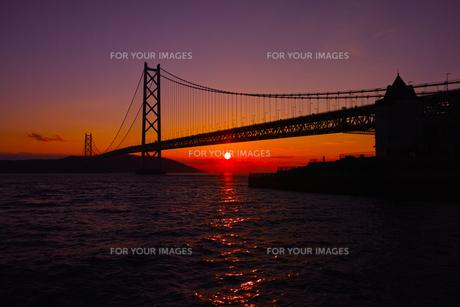 明石海峡大橋と夕陽のシルエットの写真素材 [FYI00302143]