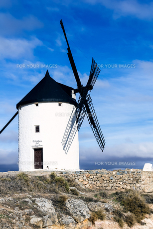 ラマンチャ地方の風車の写真素材 [FYI00302168]