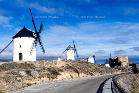 ラマンチャ地方の風車の写真素材 [FYI00302172]
