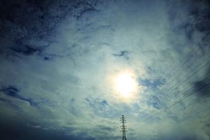 高圧線と太陽の素材 [FYI00302194]