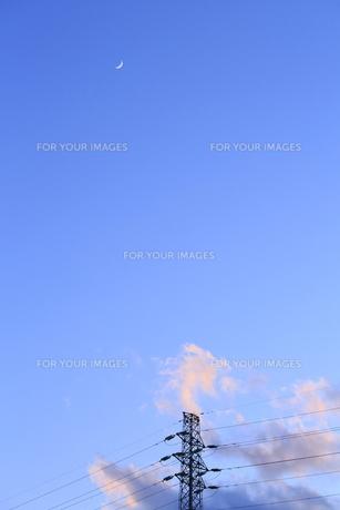 鉄塔と月の写真素材 [FYI00302258]