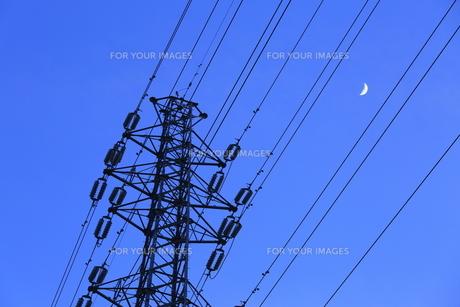 高圧線と月の素材 [FYI00302338]