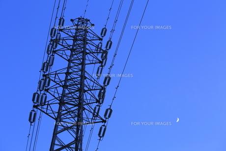 高圧線と月の素材 [FYI00302364]