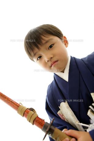 羽織袴を着て刀を持った七五三の男の子の写真素材 [FYI00302908]