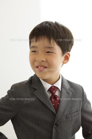 スーツを着た笑顔の男の子の素材 [FYI00302909]