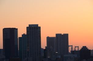朝焼けに浮かび上がる高層ビルの写真素材 [FYI00302914]