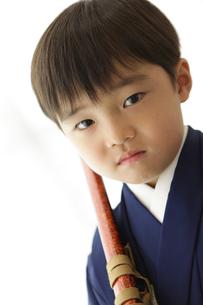 羽織袴を着て刀を持った七五三の男の子の素材 [FYI00302925]
