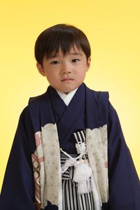 羽織袴を着た七五三の男の子の写真素材 [FYI00302926]