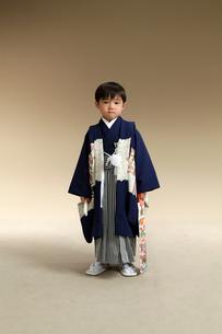 羽織袴を着た七五三の男の子の写真素材 [FYI00302927]