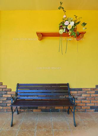 ベンチと壁の飾り棚の写真素材 [FYI00303111]
