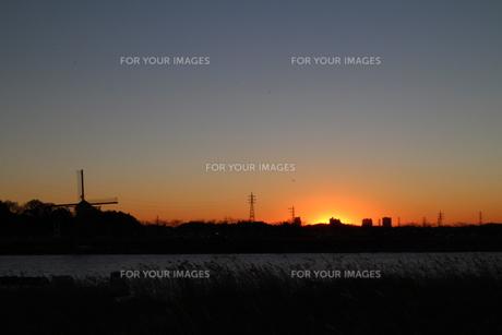 風車ある夕日の素材 [FYI00303123]