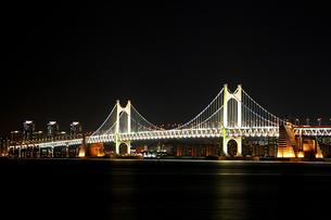 韓国・釜山 広安大橋 の写真素材 [FYI00303304]