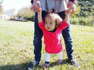 ママと手をつないで歩く練習中の写真素材 [FYI00303326]