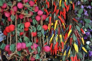 大内宿のカブと唐辛子の飾り物の写真素材 [FYI00303332]