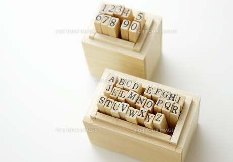 アルファベットと数字のスタンプの写真素材 [FYI00303646]