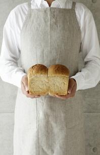 パンを持つ男性の素材 [FYI00303648]