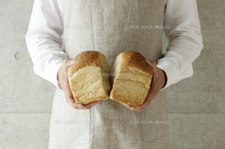 パンを割る男性の素材 [FYI00303651]