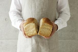 パンを割る男性の写真素材 [FYI00303651]