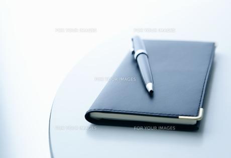 テーブルの上の手帳とペンの写真素材 [FYI00303654]