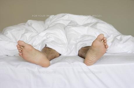 ベッドから出てる足の写真素材 [FYI00303778]