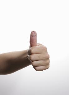 絵が描かれてる男性の親指の写真素材 [FYI00303847]