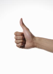 親指を立てる男性の手の写真素材 [FYI00303855]