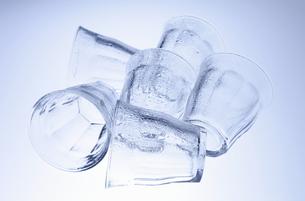 横に置いた水滴のグラスの写真素材 [FYI00303862]