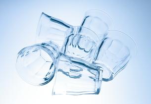 横に置かれた複数のグラスの写真素材 [FYI00303866]