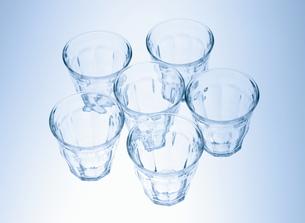 置かれた6個のグラスの写真素材 [FYI00303878]