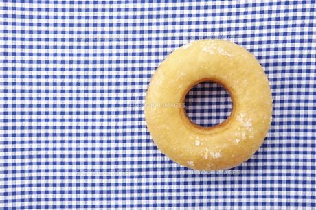 テーブルクロスの上のドーナツの写真素材 [FYI00303905]