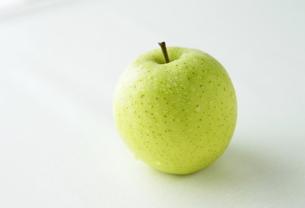 水滴の付いた青りんごの写真素材 [FYI00303914]
