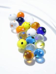 ガラス皿の上のビー玉の写真素材 [FYI00303943]