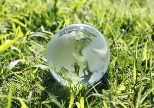 緑の中の地球儀の写真素材 [FYI00303973]