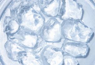 皿の上の氷の写真素材 [FYI00304012]