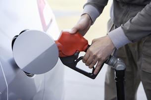 車にガソリンを入れる男性の写真素材 [FYI00304026]