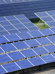 ソーラーパネルのある風景の写真素材 [FYI00304057]