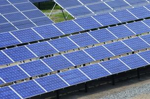 ソーラーパネルがある風景の写真素材 [FYI00304060]