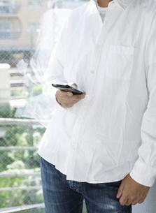 スマートフォンを使用する男性の写真素材 [FYI00304117]