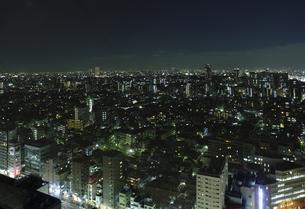 光がまばらな都内の夜景の写真素材 [FYI00304220]