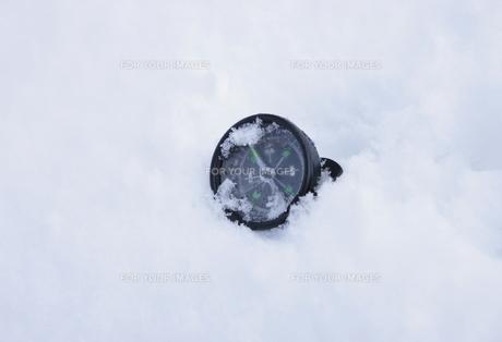雪に埋もれる位磁石の写真素材 [FYI00304291]