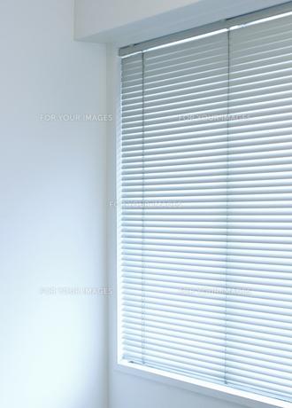 白い壁とブラインドの素材 [FYI00304410]